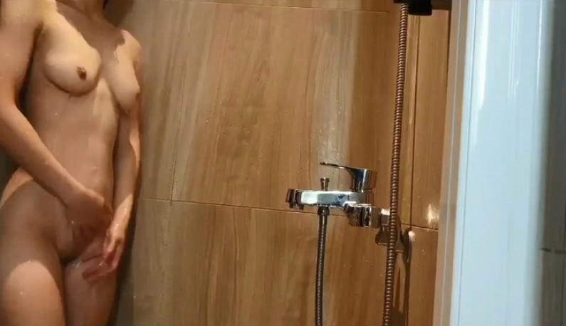 暗黑FUN一下-把自己獻給男友享用前~當然要先把身體洗乾淨~結果男友早就架好攝像機了!!